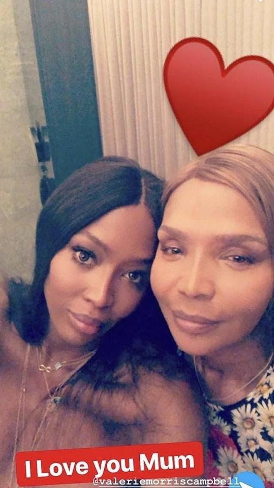 Naomi má k mamince velmi blízko.