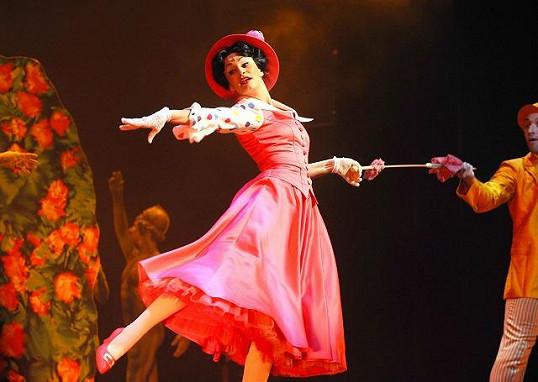 Monika v roli Mary Poppins, kterou momentálně ztvárňuje v Divadle Hybernia.