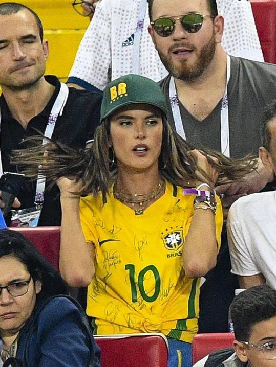 Alessandra Ambrosio by se mohla živit jako profesionální fanynka.