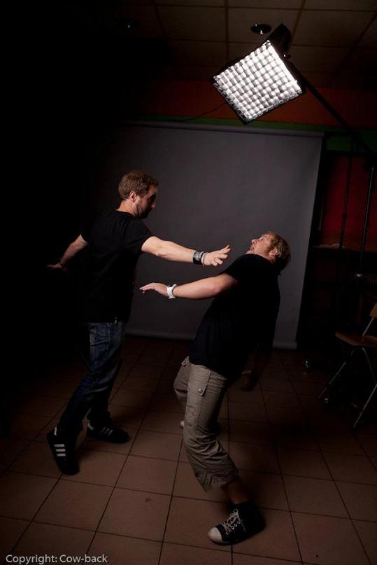 K bojům na jevišti dochází i mezi spoluautory hudby Petrem Kutheilem a Frantou Pytlounem.