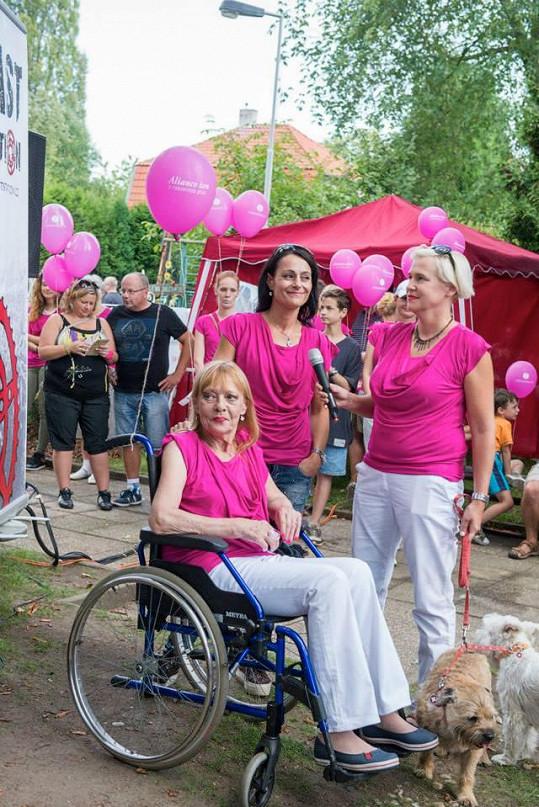 Jana Šulcová vyjela na pochod proti rakovině na invalidním vozíku.