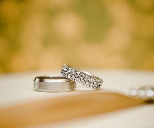 Tyto prsteny si Petr a Monika vyměnili před oltářem.