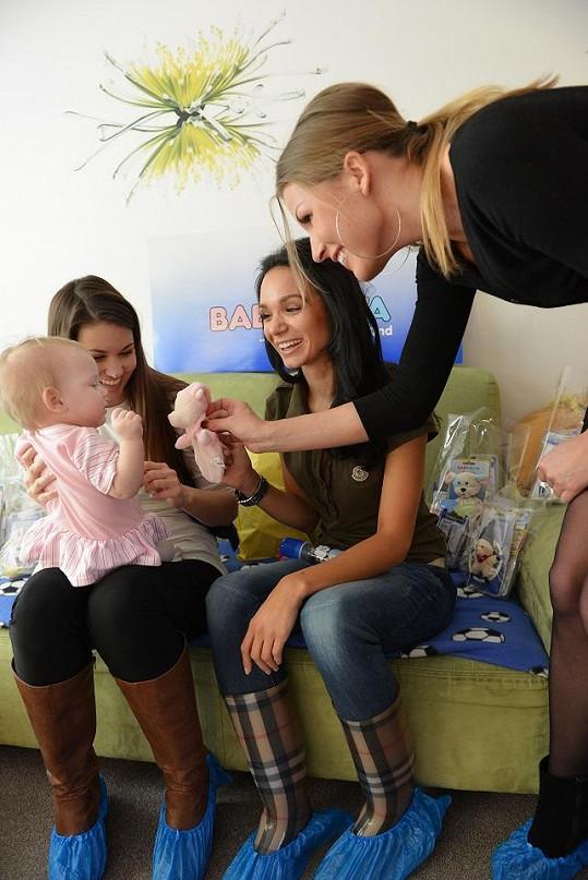 Modelky s PR manažerkou Barborou Navrátilovou přinesly dětem dárečky.