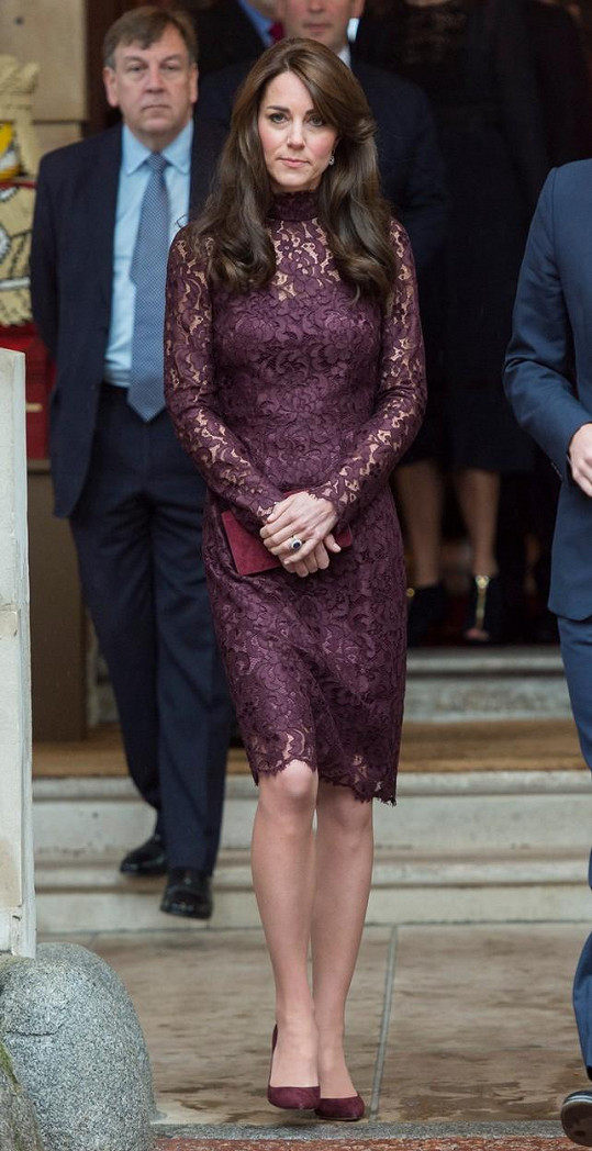 Tentokrát zvolila fialové krajkové šaty.