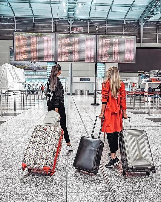 Na dovolenou odletěla se svou kolegyní a kamarádkou Nikol Švantnerovou.