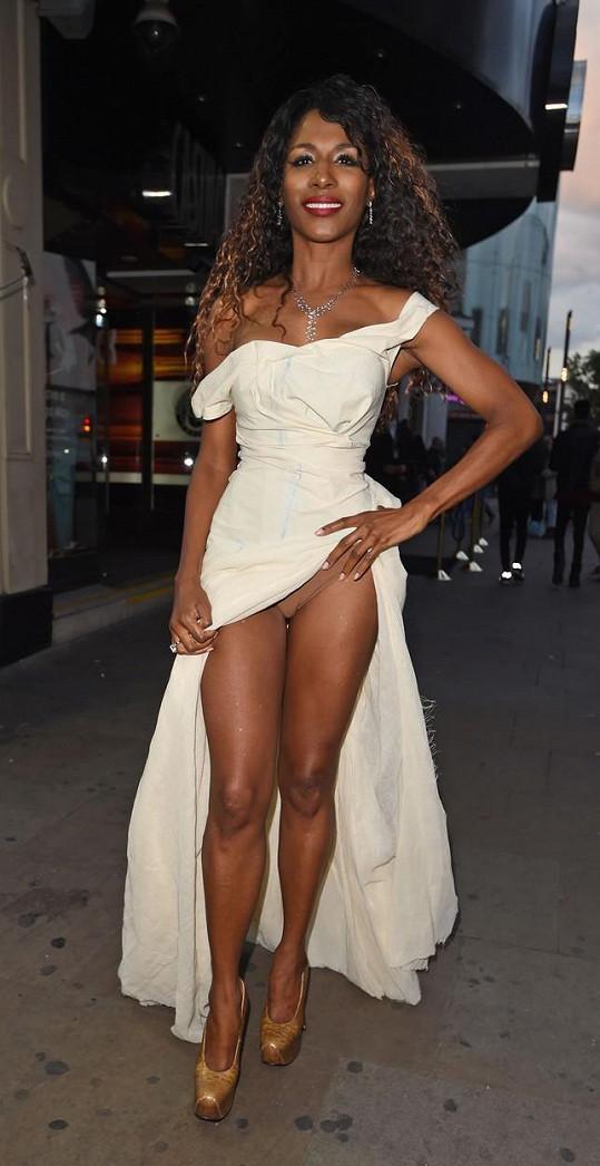 Zpěvačka měla vysoký rozparek a ještě si před fotografem odhrnula sukni.
