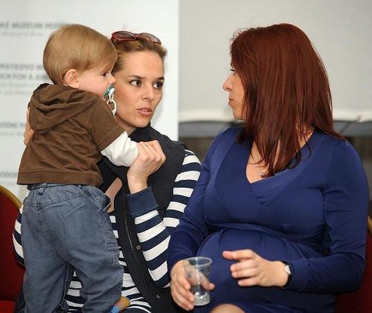 Světlana se synem a těhotnou kamarádkou Norou Fridrichovou na setkání charitativní organizace Adra.