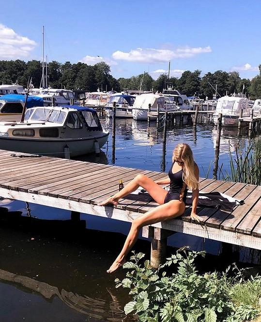 Modelka vodu miluje, i když nemá zrovna ideální teplotu.