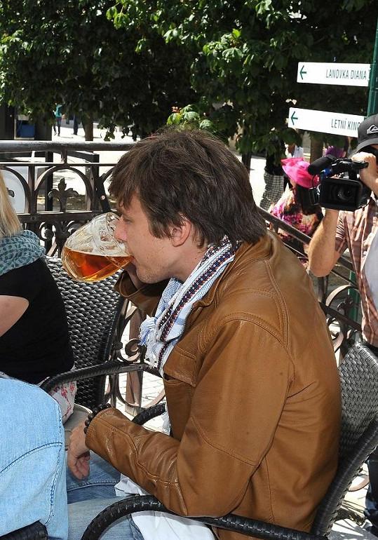 A Vojta si vychutnal vychlazené pivo.