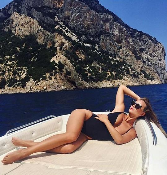 V létě Bára chytala bronz na jachtě.