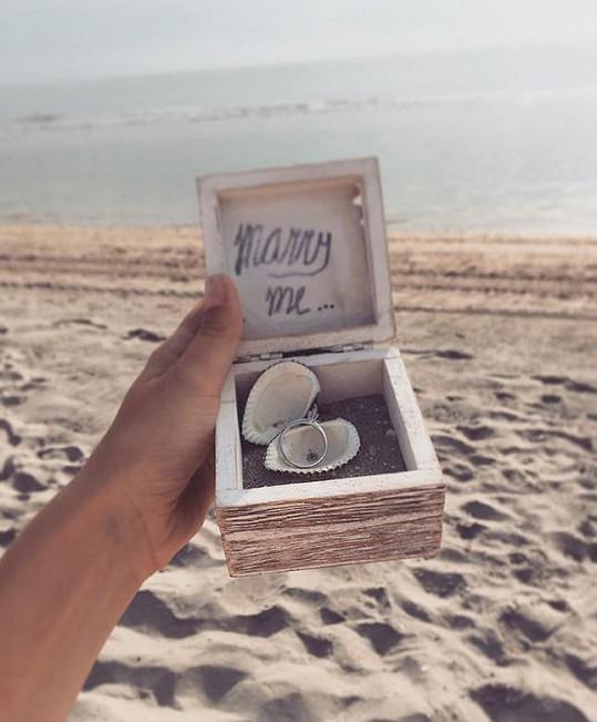 Žádost o ruku přišla na pláži.