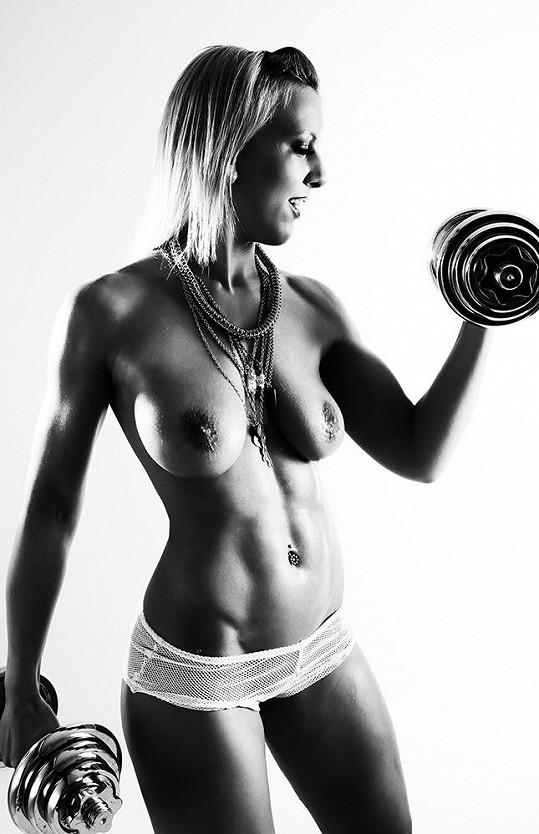 Takovou instruktorku fitness by chtěl mít doma snad každý chlap.