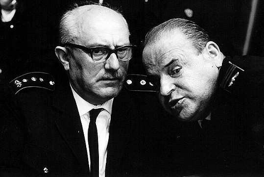 Jan Vostrčil a Josef Šebánek ve filmu Hoří, má panenko (1967). Forman si režírování neherců užíval.