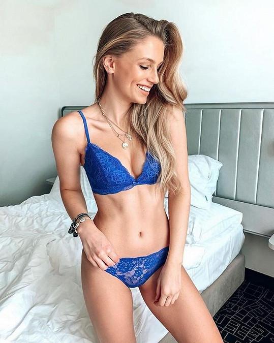 Modelka se nestydí ukázat ani ve spodním prádle.