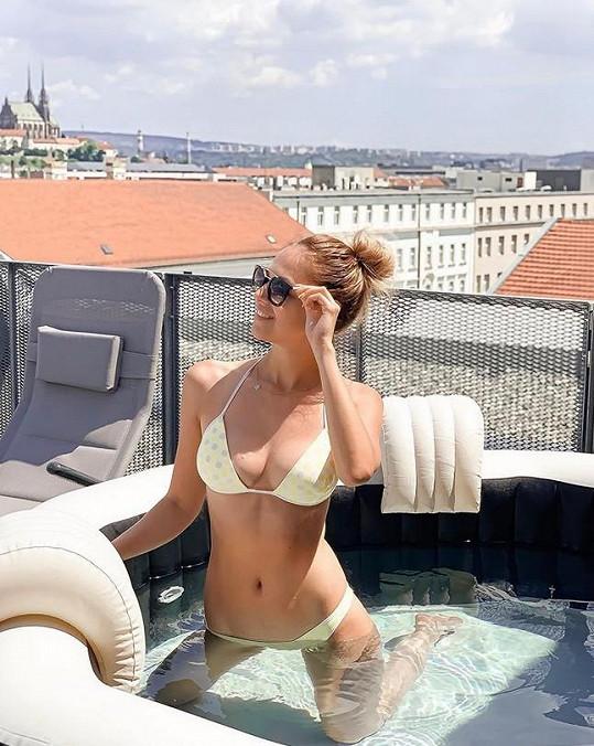 Lucie si užívala v plavkách ve vířivce.
