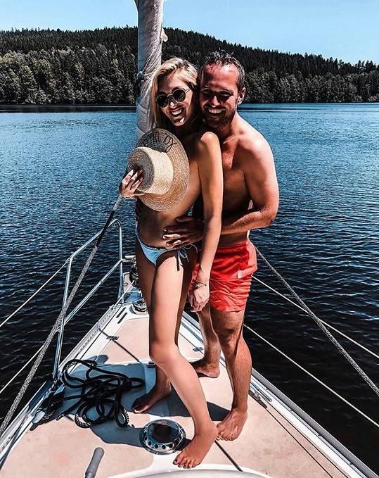 Měsíční dovolenou si s manželem užila na jaře.