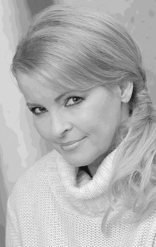 Iveta Bartošová si lehla na koleje.