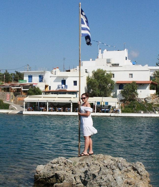 Míša Nosková zapózovala s řeckou vlajkou.