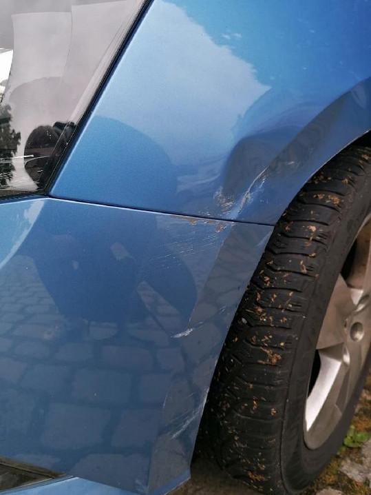 Někdo jí poškodil auto.