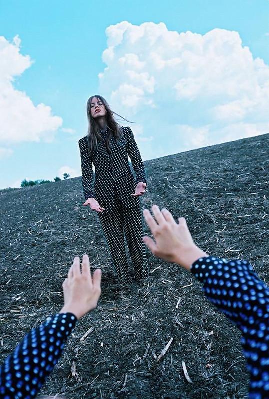 V charitativním projektu magazínu Elle zapózovala fotografovi Michalu Pudelkovi.