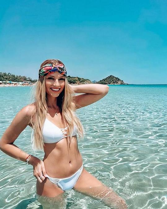 Karolína je na dovolené každý den na jiné pláži.