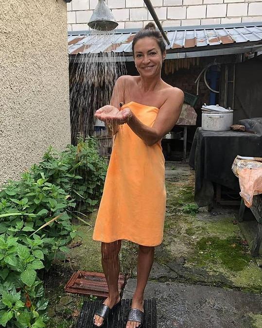 A takhle si užívala venkovní sprchu.