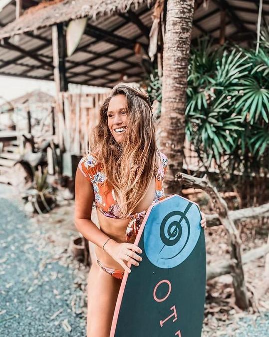Bývalá misska každý den surfuje.