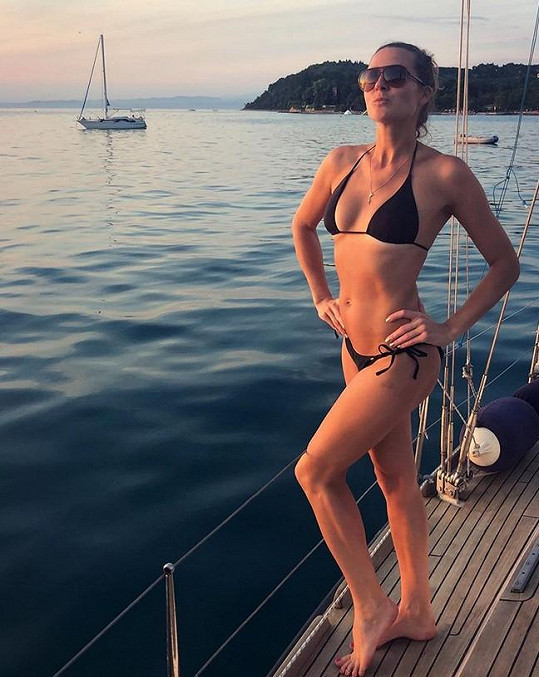 Eva si užívá u moře.