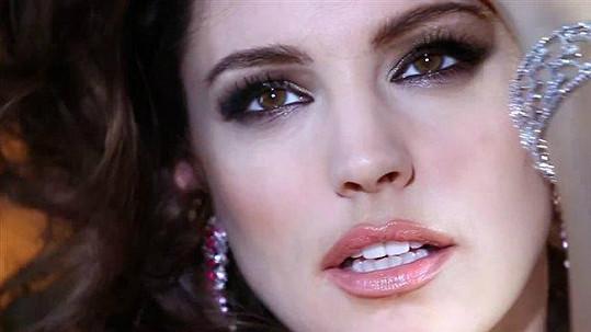 Kelly patří mezi nejkrásnější Angličanky.