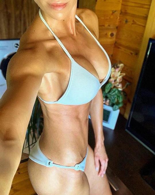 Tělo má samý sval.