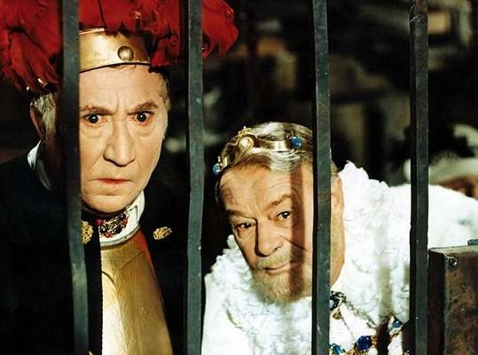 Jaroslav Marvan a Bohuš Záhorský v Šíleně smutné princezně. Krále Dobromysla (vpravo) hrál původně Rudolf Deyl, ten ale během natáčení zemřel.