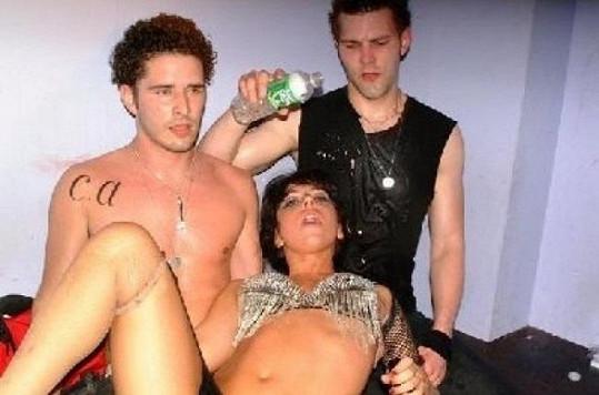 Gaga si společnost mladíků očividně užívala.