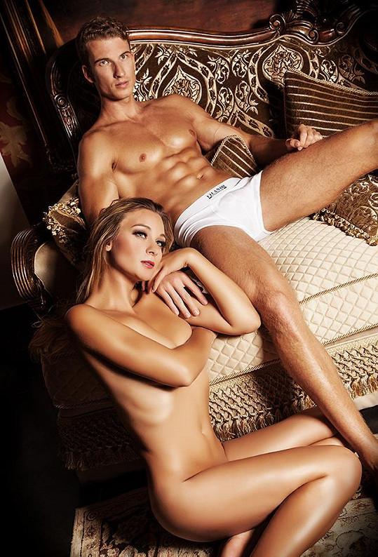 Bára Mottlová úplně nahá s modelem Miroslavem Kolenyakem.