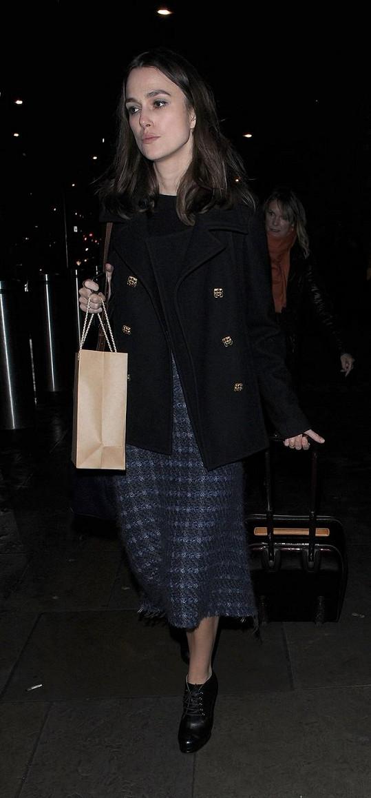 Keira Knightley vypadala po cestě vlakem znaveně.