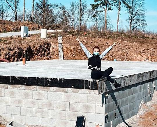 Zpěvačka začala stavět domek.