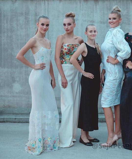 Dcery (zleva) Lucie Zedníčkové, Ivany Jirešové, Františka Janečka a Ivy Kubelkové spolu jako modelky