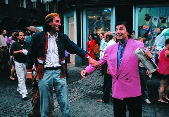Karel Gott s Bolkem Polívkou v komedii Dědictví aneb Kurvahošigutntág (1992)