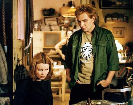 Jiří Macháček a Jitka Schneiderová ve filmu Samotáři (2000)