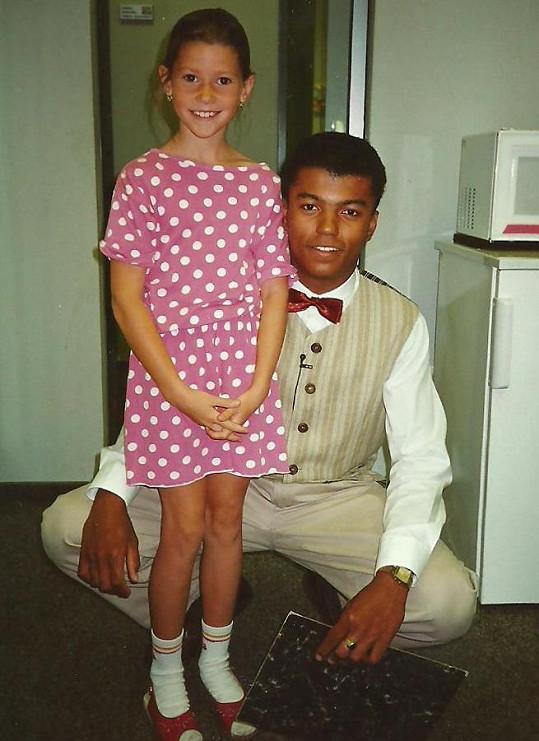 Osmiletá Tereza Kerndlová a moderátor Rey Koranteng na společné fotce.