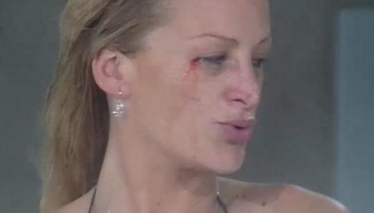 Regina se ve vířivce zranila.