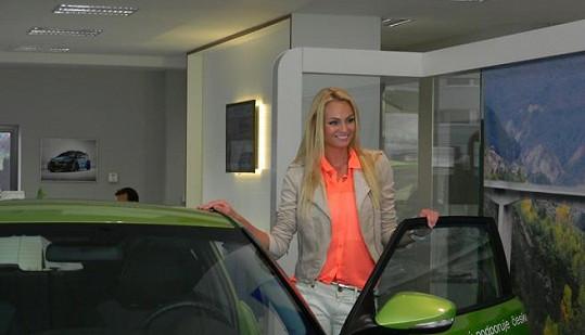 Fajksová se raduje z nového autíčka.