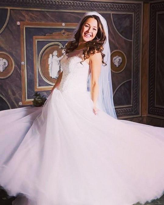 Aneta se vdala. Šaty si vypůjčila.