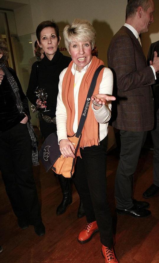 Marcela Březinová vypadala s oranžovými doplňky výborně.