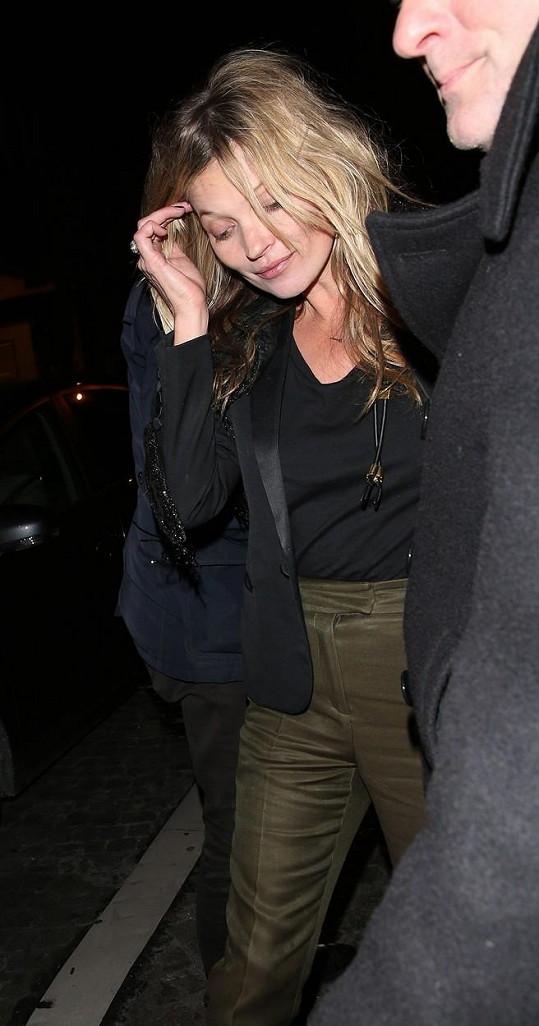 Kate Moss si dala něco dobrého k pití...