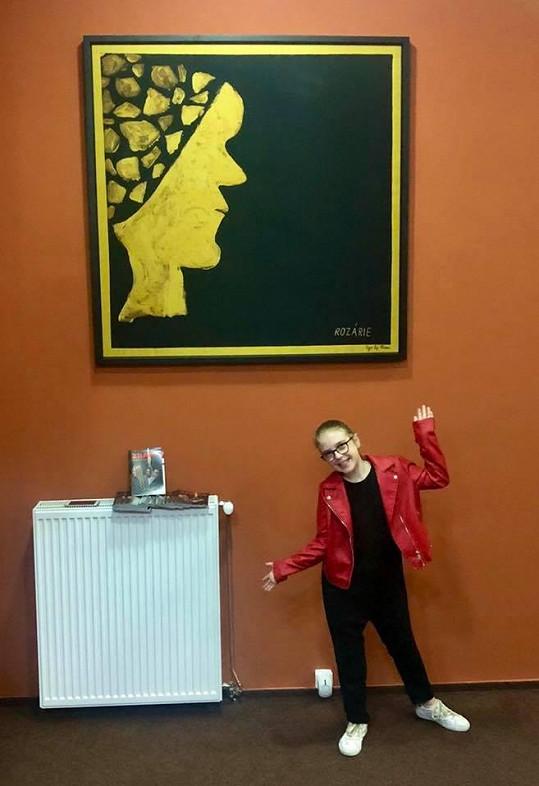 Její obrazy na hedvábí vystavují i v Divadle Na Maninách.