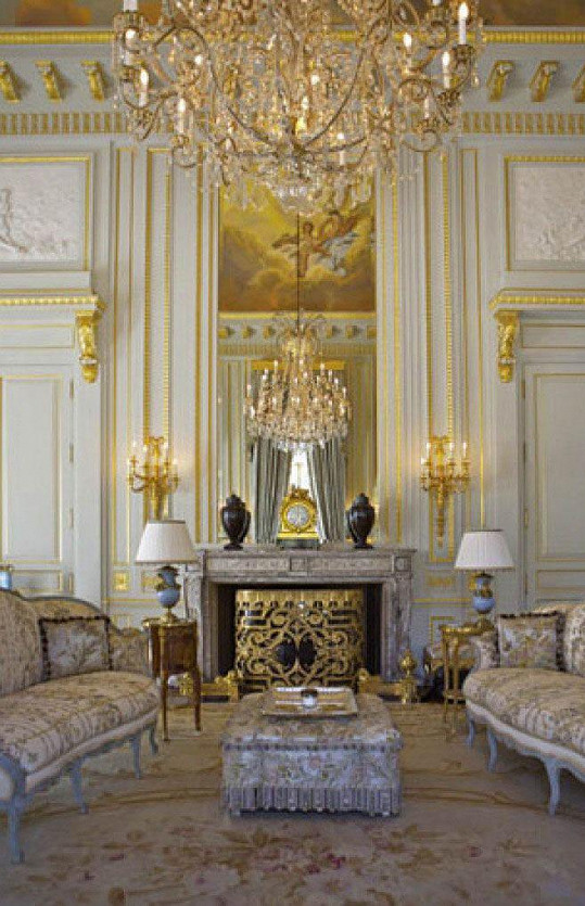 Interiéru vládne honosný zámecký styl.