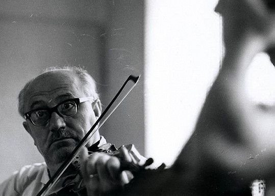 Jan Vostrčil ve filmu Intimní osvětlení (1965). S hudebním nástrojem byl Vostrčil vždy nejjistější.