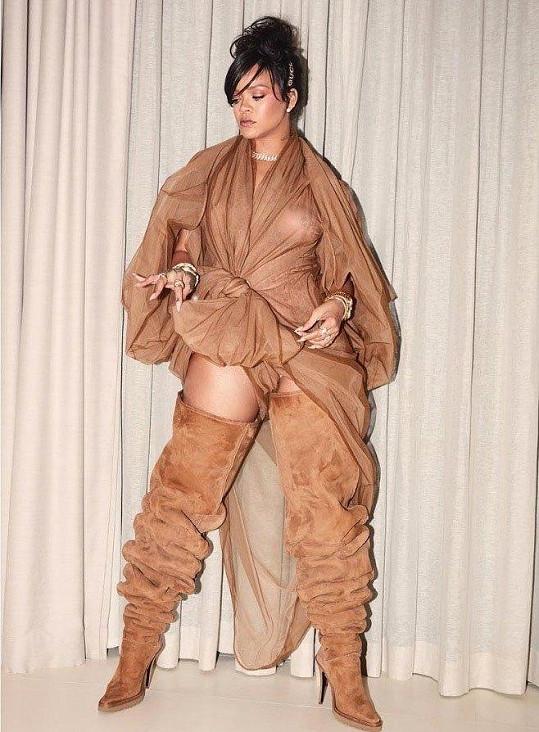 Rihanna pózovala v podivném outfitu.