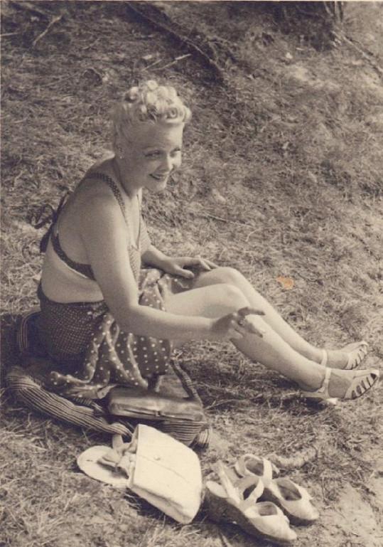 Předválečná filmová hvězda Truda Grosslichtová v plavkách. Foto je pravděpodobně z roku 1946.