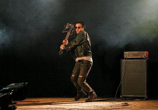 Jakub ve snímku DonT Stop coby baskytarista punkové kapely